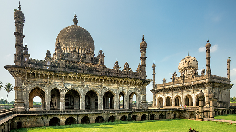 Cultural Encounters in the Deccan: Birth of the Islamic Architecture in Peninsular India